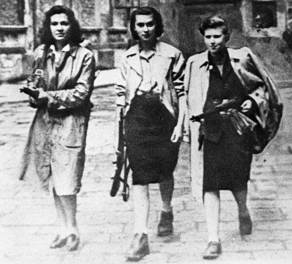 Вооруженные участницы движения Сопротивления на улицах города Иврея во время Второй Мировой войны, 1945 год - Sputnik Латвия