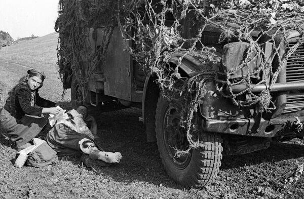 Румынская девушка перевязывает раненого советского солдата, 1944 год - Sputnik Латвия