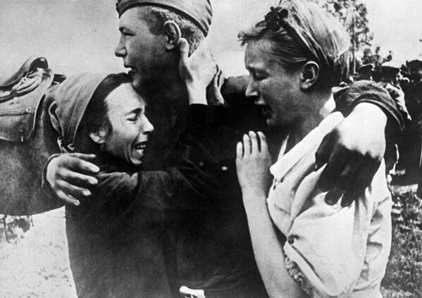 Рядовой Широбоков встретил своих сестер, спасшихся от смерти, 1943 год - Sputnik Латвия