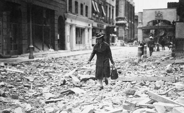 Женщина с сумкой в руках идет по обломкам в Лондоне, 1940 год - Sputnik Латвия