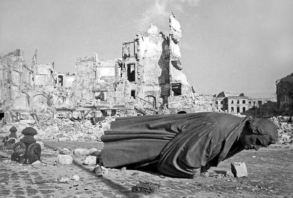 Руины Дрездена, пострадавшего от воздушного налета американской авиации, 1945 год - Sputnik Латвия