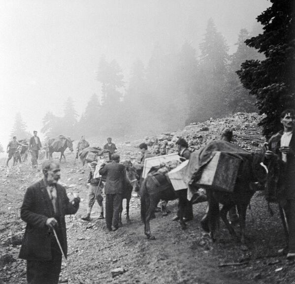 Греческий народ помогает отряду ЭЛАС в доставке боеприпасов во время Второй мировой войны, 1944 год - Sputnik Латвия