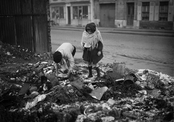 Дети роются в мусоре на одной из парижских улиц во время Второй Мировой войны, 1945 год - Sputnik Латвия