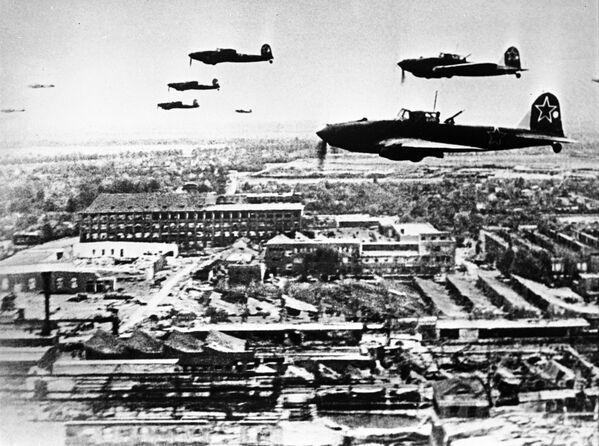 Советские самолеты Ил-2 в небе над Берлином во время Великой Отечественной войны, 1945 год - Sputnik Латвия