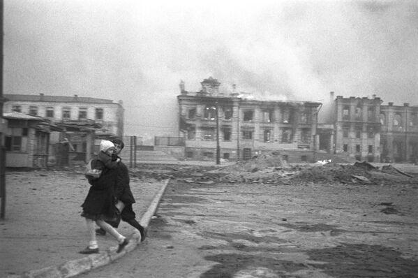 На Вокзальной площади Сталинграда во время налета немецкой авиации во время Великой Отечественной войны, 1942 год - Sputnik Латвия