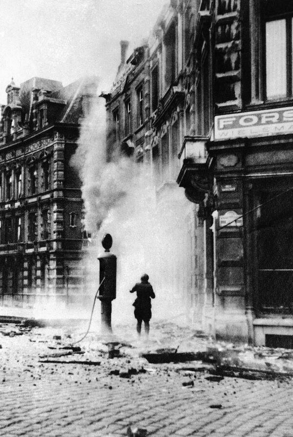 Улица в городе Намюр (Бельгия) после авиаударов немецкой авиации, 1940 год - Sputnik Латвия