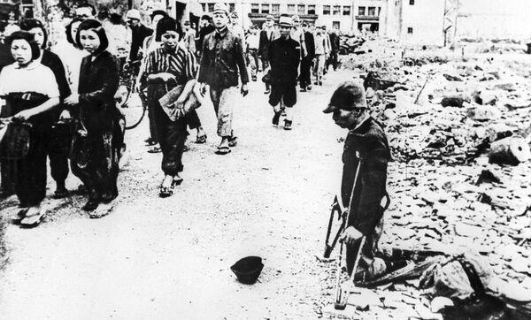 На улицах Токио, подвергшихся американской бомбардировке, 1945 год  - Sputnik Латвия