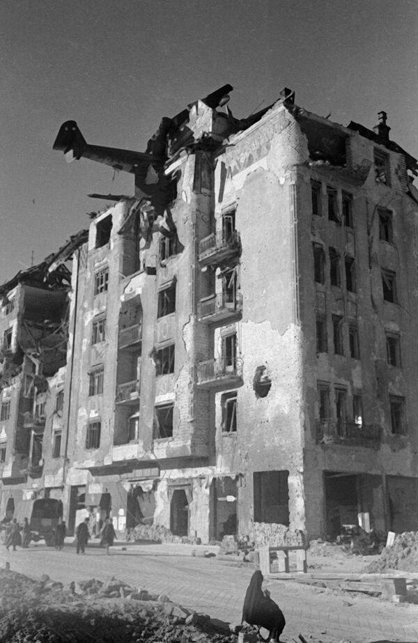 Планер DFS-230 фельдфебеля Георга Филиуса, врезавшийся в здание на улице Аттилы при попытке сесть на Кровавом лугу в Будапеште, 1945 год  - Sputnik Латвия