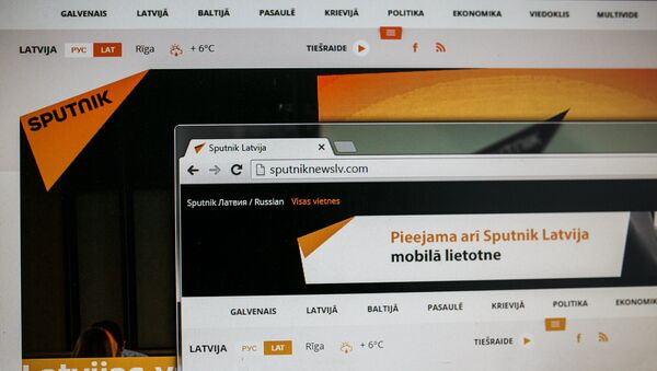 Монитор компьютера с сайтом Sputnik Латвия - Sputnik Латвия