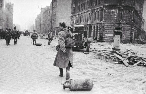 Огнеметчики направляются на передовую позицию, Австрия (1945 год)  - Sputnik Латвия