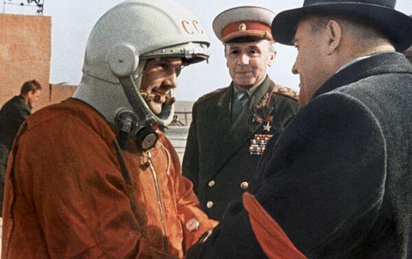 Galvenā konstruktora Sergeja Koroļova pēdējie ceļavārdi Jurijam Gagarinam pirms starta - Sputnik Latvija