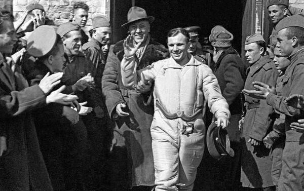 PSRS lidotājs-kosmonauts Jurijs Gagarins pēc piezemēšanās. Saratovas apgabals, 1961. gada 12. aprīlis - Sputnik Latvija