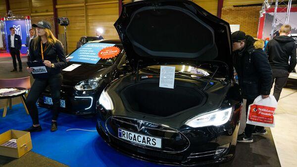 Международная выставка автоиндустрии Auto 2019. Компания по прокату автомобилей предлагает воспользоваться электромобилем Tesla - Sputnik Латвия