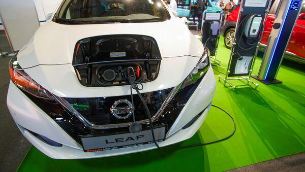 Международная выставка автоиндустрии Auto 2019. Демонстрация подзарядки электромобиля Nissan Leaf - Sputnik Латвия