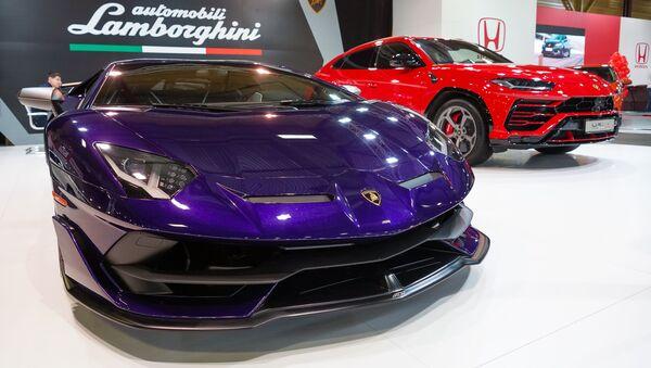 Международная выставка автоиндустрии Auto 2019. Суперкары Lamborghini Aventador SVJ и Lamborghini Urus - Sputnik Латвия