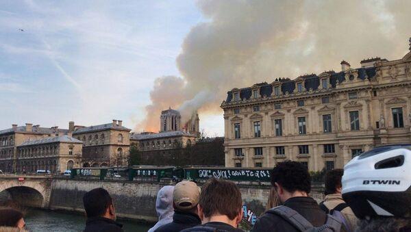 Пожар в соборе Парижской Богоматери - Sputnik Latvija