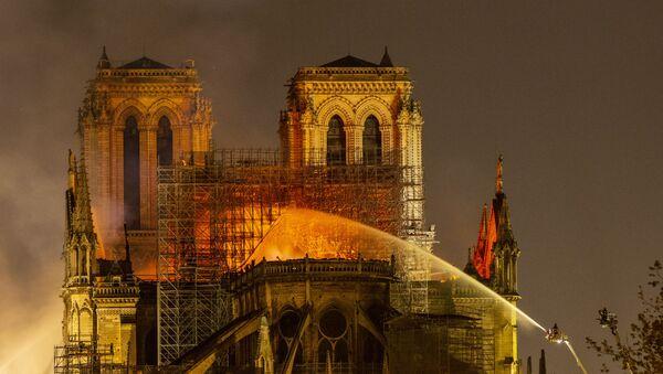 Пожар в соборе Парижской Богоматери - Sputnik Латвия