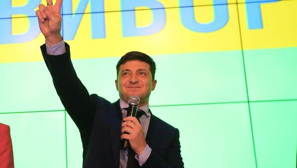 Кандидат в президенты Украины, актер Владимир Зеленский в своем избирательном штабе в Киеве - Sputnik Латвия
