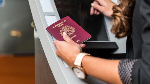 Девушка с паспортом гражданина Эстонской Республики - Sputnik Латвия