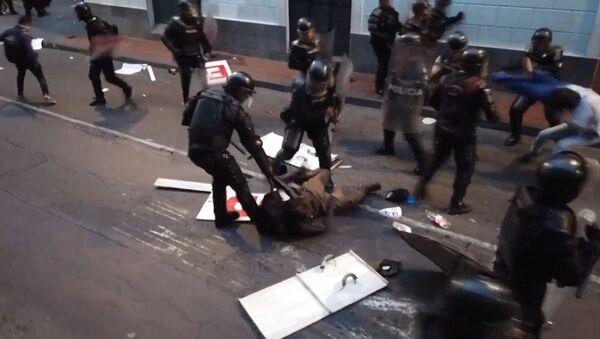 Полиция жестко разогнала марш сторонников Ассанжа в Эквадоре - видео - Sputnik Латвия
