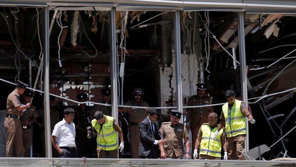 Полицейские и чиновники на месте взрыва в отеле Шангри-Ла в Коломбо, Шри-Ланка - Sputnik Latvija