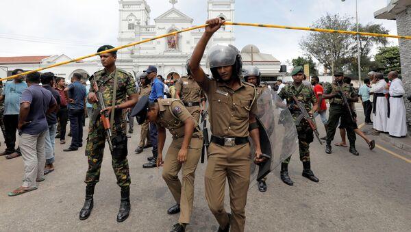 Военные неподалеку от места взрыва в церкви в Коломбо, Шри-Ланка. 21 апреля 2019 - Sputnik Latvija