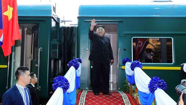 Лидер Северной Кореи Ким Чен Ын у бронепоезда - Sputnik Latvija