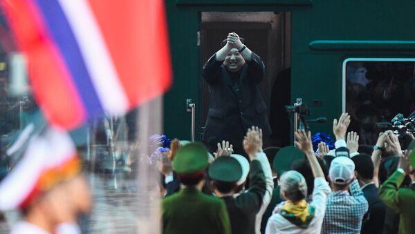 Лидер Северной Кореи Ким Чен Ын у бронепоезда - Sputnik Латвия