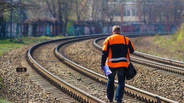 Путевой обходчик на железной дороге - Sputnik Латвия
