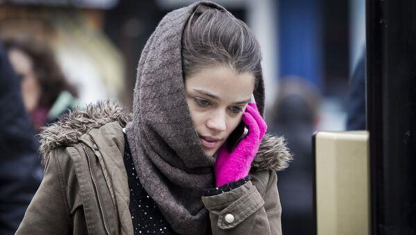 Девушка разговаривает по телефону - Sputnik Латвия