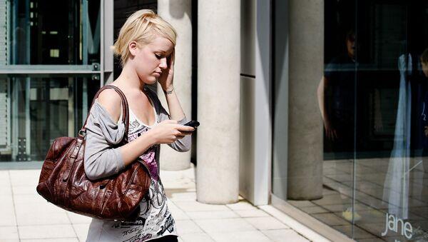 Девушка с телефоном - Sputnik Латвия