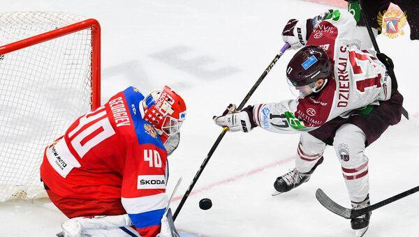 Мартиньш Дзиеркалс (справа) атакует ворота Александра Георгиева - Sputnik Латвия