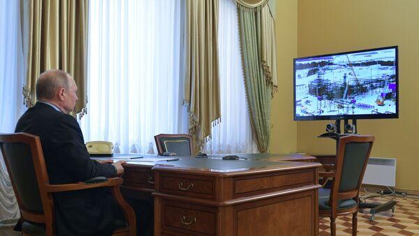 Президент РФ Владимир Путин участвует в режиме видеоконференцсвязи в церемонии официальной отгрузки первой продукции завода по производству сжиженного природного газа Криогаз-Высоцк на танкер-газовоз Coral Anthelia в городе Высоцке Ленинградской области. - Sputnik Латвия