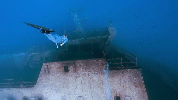 Путешествие по затонувшему кораблю на одном дыхании - Sputnik Латвия