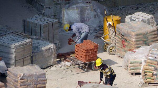 Рабочие на стройке, архивное фото - Sputnik Latvija