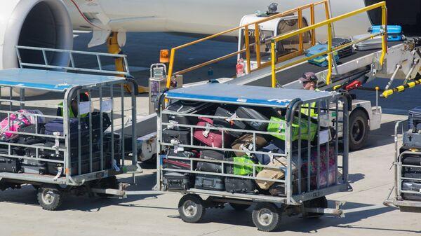 Загрузка багажа на борт самолета - Sputnik Латвия