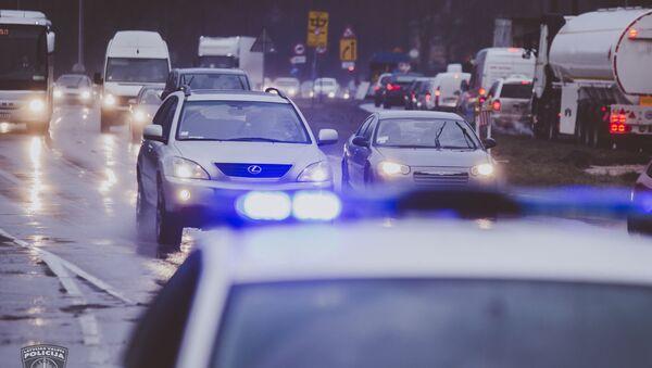 Полицейская машина на дороге в Латвии - Sputnik Латвия