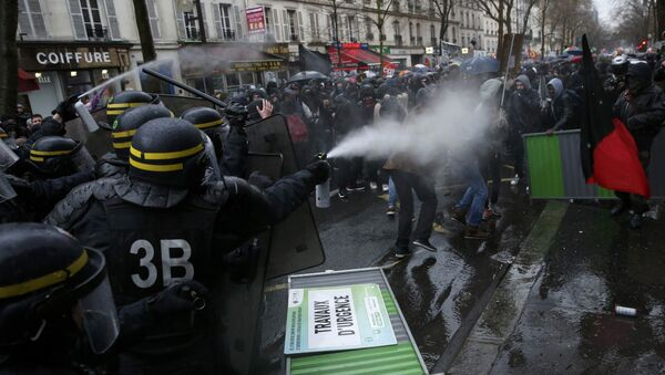 Во время демонстрации против французского трудового законодательства в Париже - Sputnik Латвия