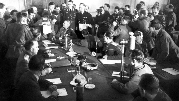 Подписание Акта о капитуляции - историческое видео - Sputnik Латвия