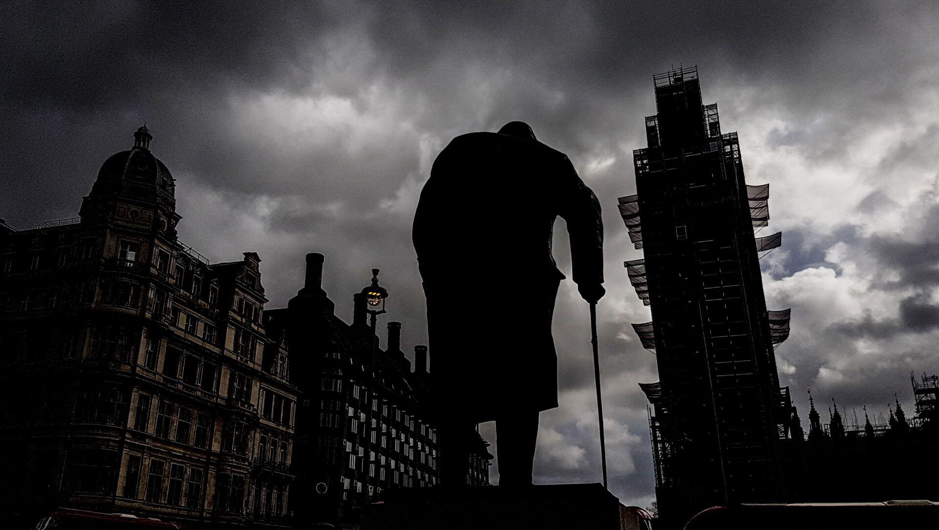 Памятник бывшему премьер-министру Великобритании Уинстону Черчиллю (скульптор Айвор Роберт-Джонс) на Парламентской площади и башня Вестминстерского дворца (Биг-Бен) во время ремонта - Sputnik Latvija, 1920, 03.05.2021