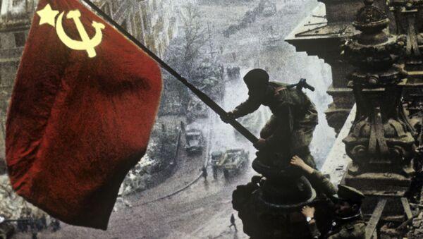 Знамя Победы на здании Рейхстага в Берлине - Sputnik Латвия