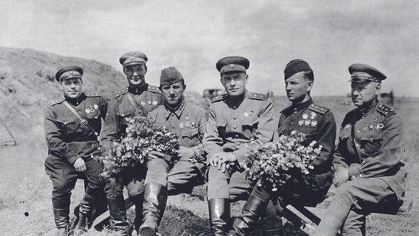 Генерал-лейтенант К.А. Вершинин с боевыми товарищами — воздушными асами Великой Отечественной войны - Sputnik Latvija