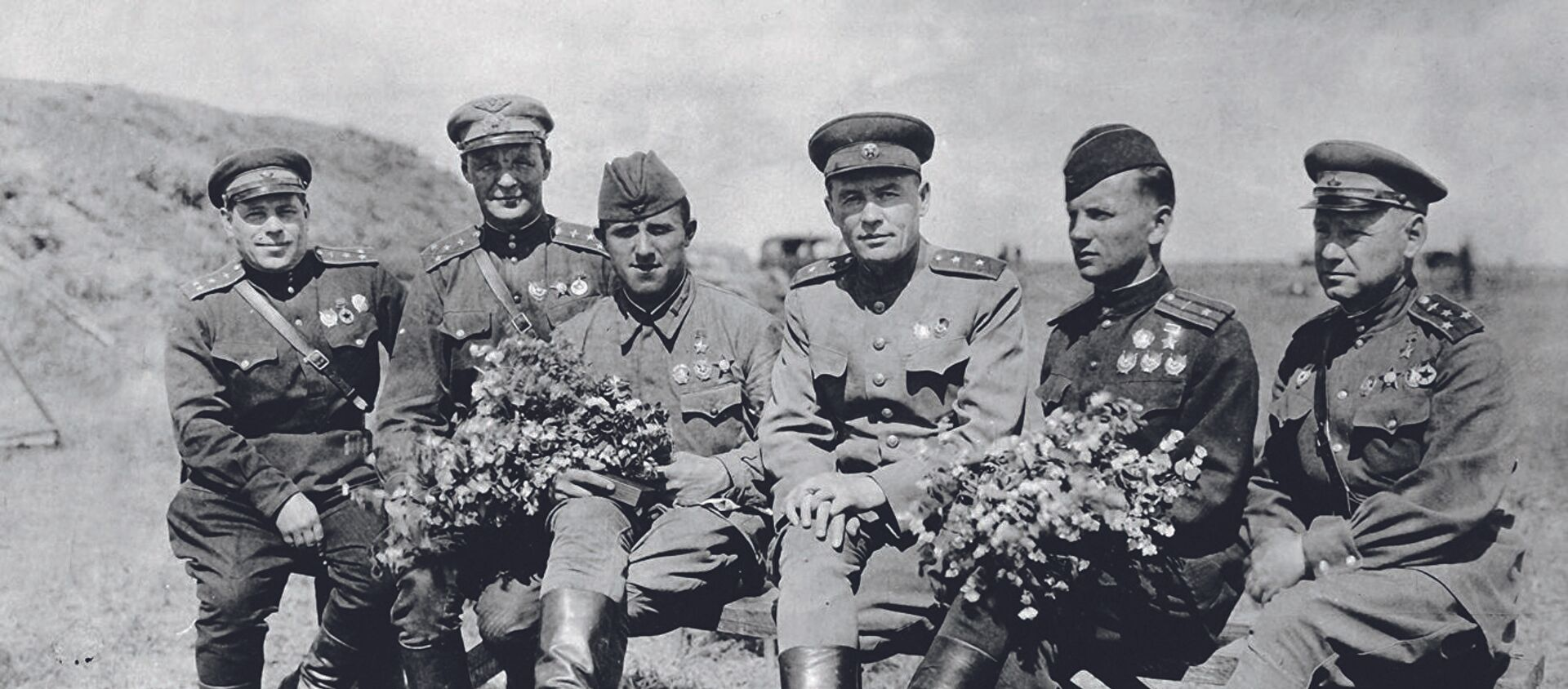 Генерал-лейтенант К.А. Вершинин с боевыми товарищами — воздушными асами Великой Отечественной войны - Sputnik Latvija, 1920, 09.05.2019