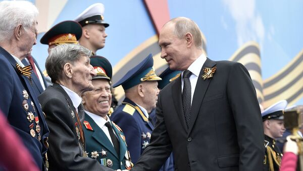 Президент РФ В. Путин и премьер-министр РФ Д. Медведев на военном параде в честь 74-й годовщины Победы в ВОВ - Sputnik Latvija