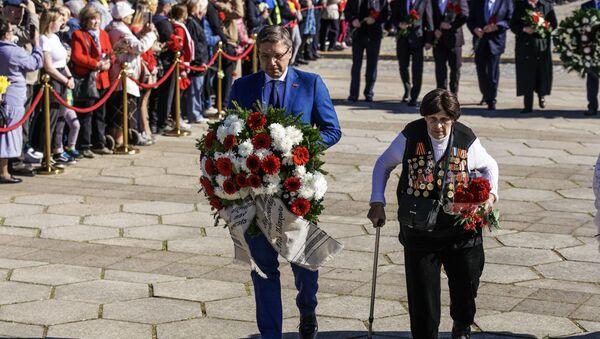 Отстраненный от должности мэра Нил Ушаков во время возложения цветов у памятника Освободителям Риги - Sputnik Latvija