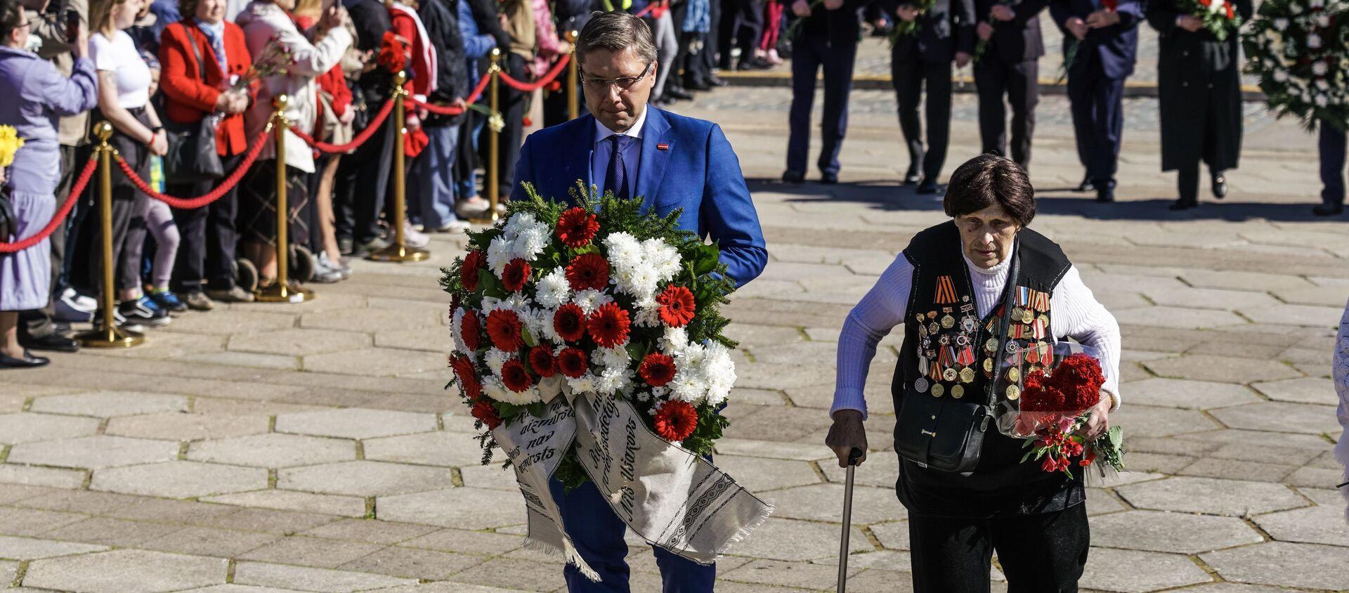 Отстраненный от должности мэра Нил Ушаков во время возложения цветов у памятника Освободителям Риги - Sputnik Latvija, 1920, 06.05.2021