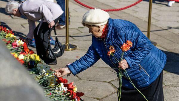 Ziedu nolikšanas ceremonija pie Uzvaras pieminekļa Rīgā 2019.gada 9. maijā - Sputnik Latvija