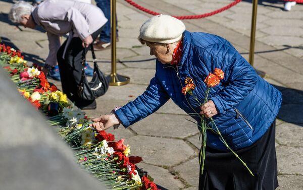 Церемония возложения цветов у памятника Освободителям Риги 9 мая 2019 года - Sputnik Латвия