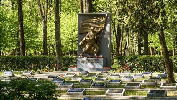 Церемония возложения венков и цветов на Покровском кладбище в Риге 9 мая 2019 года - Sputnik Латвия