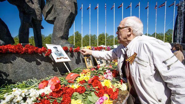 Возложение цветов к памятнику Освободителям Риги  9 мая 2019 года - Sputnik Латвия